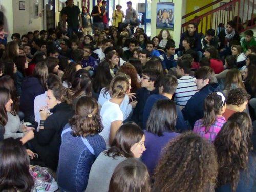 Accorpamenti dovuti ai tagli: in un liceo piemontese si ritrovano 42 alunni in classe